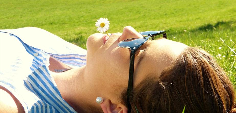 Vrouw met zonnebril