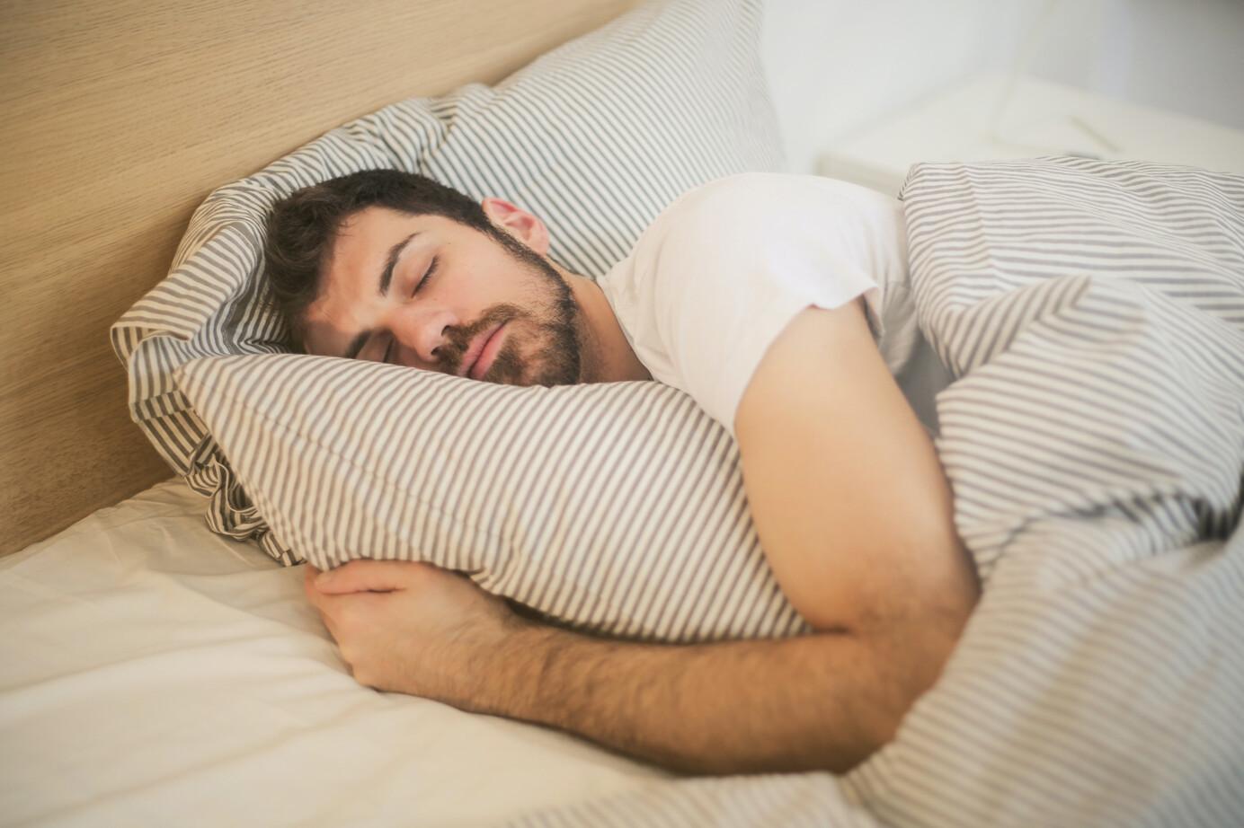 Man slapend met permanent dragen lenzen