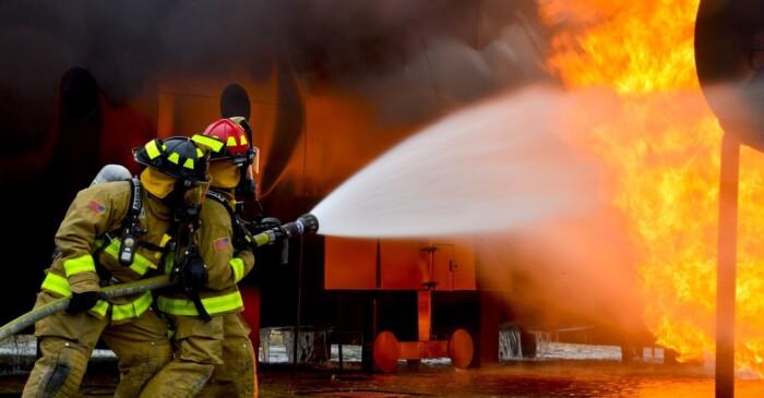 Brandweer die een brand blust