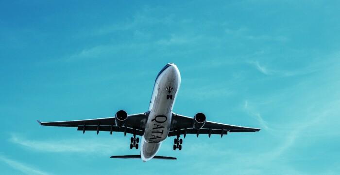 Opstijgend vliegtuig van onderaf gezien