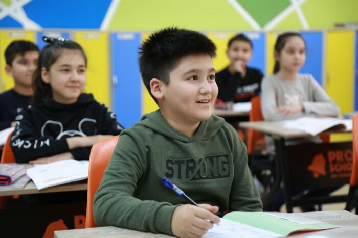Kind in een klaslokaal