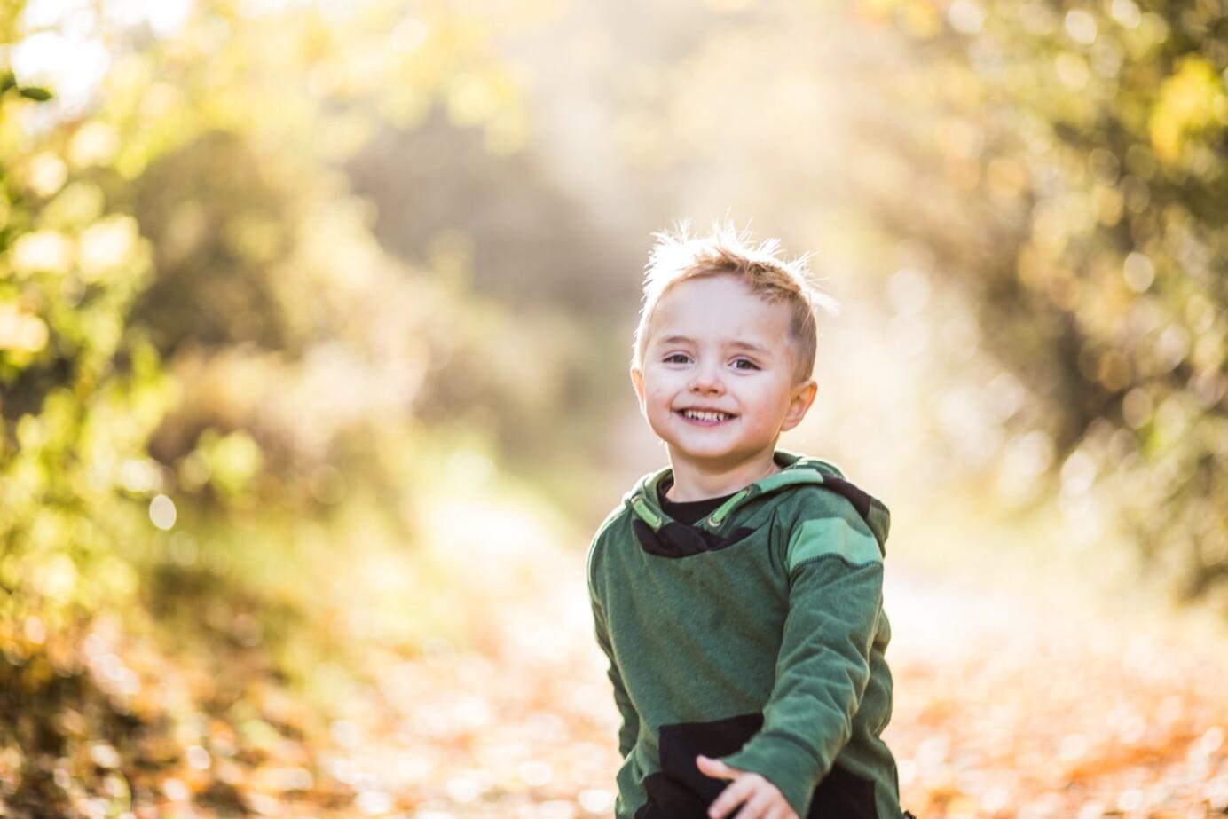 Klein jongetje lachend buiten