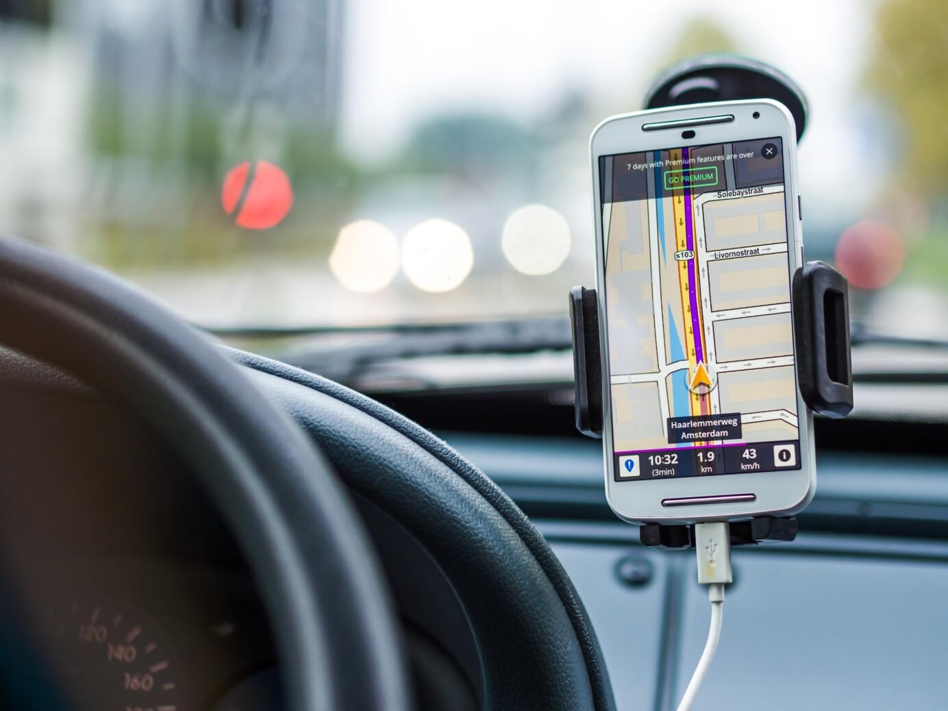 Telefoon met navigatie in een auto